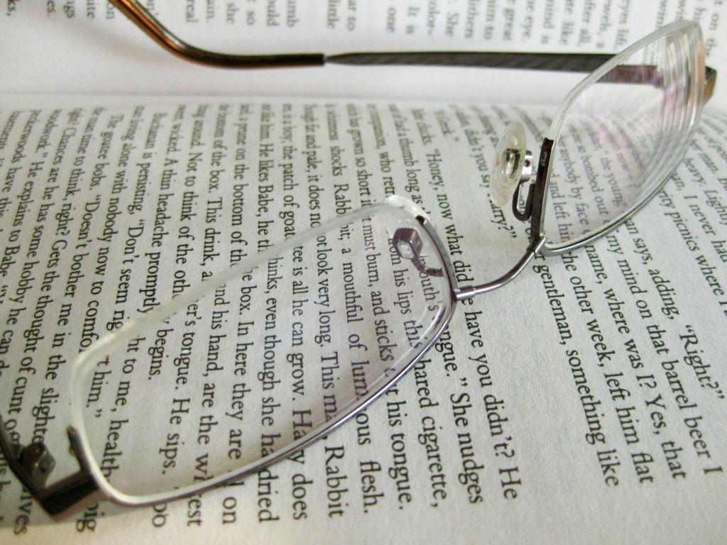 Lunettes posées sur un livre - Presbytie